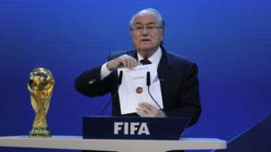 رئيس فيفا سيب بلاتير يعلن فوز روسيا بشرف استضافة مونديال 2018