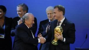 بلاتير يهنئ رئيس الاتحاد الروسي لكرة القدم