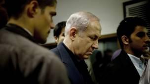 القى رئيس الوزراء الاسرائيلي بنيامين نتنياهو كلمة بعد اجتماع حكومي طارئ اقر فيها ان اسرائيل لا تستطيع مواجهة الحرائق لوحدها