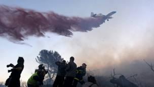 وقد بدأت طائرات مختصة باخماد الحرائق أرسلتها مجموعة من الدول الاوروبية