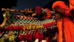 باكستاني يعزف على آلة تقليدية خلال مهرجان ثقافي في مدينة كراتشي