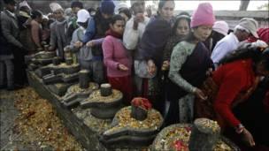 هندوس يؤدون طقوسا دينية للإله شيفا في نيبال