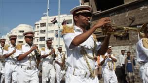 فرقة عسكرية موسيقية تقدم عرضا خلال فعاليات كأس الخليج لكرة القدم المقام في اليمن