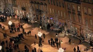 بولنديون يسيرون في شارع تزينه أشجار عيد الميلاد في وارسو