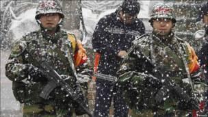корейские пехотинцы в снегу