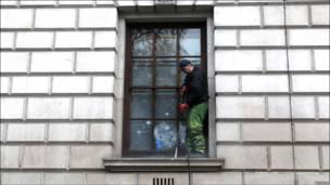 پنجره آسیب دیده وزارت دارایی