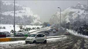 ثلوج على احدى الطرقات المؤدية الى العاصمة السورية دمشق