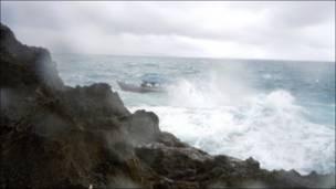 Бурное море и скалы у острова Рождества