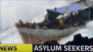 Телекадр с места крушения судна с беженцами на острове Рождества