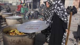 د بحرین ځينې شیعه ښځې د عاشورا په یاد کې خواړه برابروي