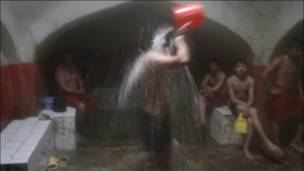 افغان شیعه ځوانان په یوه عام حمام کې د عاشورا تر مراسمو وروسته ځانونه پاکوي