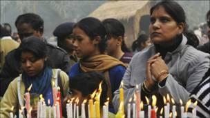هنديات يوقدن الشموع ليلة عيد الميلاد في دلهي