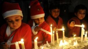 اطفال هنود يضيئون شموع عيد الميلاد في امريتسار