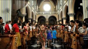 مسيحيو اندونيسيا يحتفلون في الكنيسة بجاكرتا