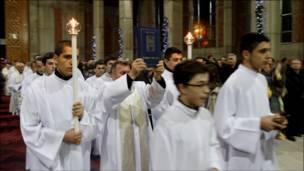 شباب من كوسوفو يحتفلون بعيد الميلاد في الكنيسة