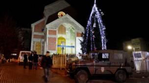 سيارة لقوات الناتو امام كنيسة الام تيريزا في كوسوفو