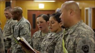 جنود امريكيون يصلون ليلة عيد الميلاد في بغداد بالعراق
