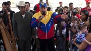 اقام الرئيس الفنزويلي هوغو تشافيز وليمة غداء في القصر الجمهوري للاسر المتضررة من الفيضانات بمناسبة عيد الميلاد