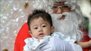 Для багатьох людей найголовніше в цей день - візит до церкви. Цей хлопчик зустрівся з Санта-Клаусом у Джакартському кафедральному соборі, Індонезія.