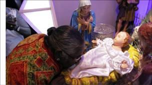 В столиці Бірми (М'янми) Рангуні молільники в Кафедральному соборі Святої Марії цілували ноги статуї немовляти Ісуса.