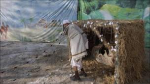 Тим часом в Ісламабаді пакистанські християни грали різдвяний вертеп у стайні, зробленій із соломи, замінивши сніг бавовною.