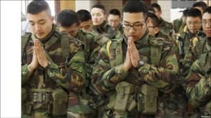 Молилися також солдати південно-корейської армії, які належать до римо-католицької церкви, на острові Йонпхендо. Напруга між Північною й Південною Кореями не спадає.