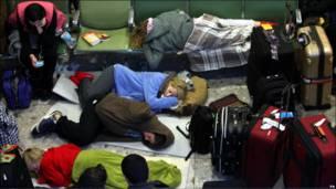 希思罗机场乘客席地而睡