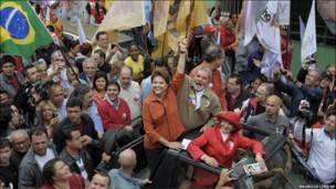 نخستین رئیس جمهور زن برزیل در میان هوادارانش