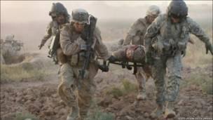 تصویری از سربازان که در حال حمل یک سرباز مجروح هستند
