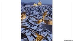 تصویری از برف و سرما در یک شهر اروپایی