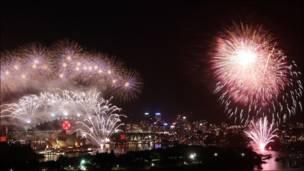 اطلاق الالعاب النارية في مدينة سيدني باستراليا احتفالا بالعام الجديد