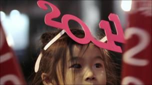 طفلة تلبس نظارة على شكل الرقم 2011 في هونج كونج