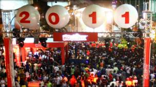 ماليزيون يتجمعون في أحد الشوارع احتفالا بالعام الجديد