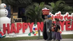 أسرة مصرية تسير بالقرب من مجسم وضع في أحد شوارع العاصمة القاهرة ترحيبا بالعام الجديد