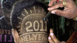 شاب هندي يحلق شعره بطريقة مبتكرة احتفالا بعام 2011