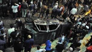 مواطنون مصريون يتجمعون في موقع الانفجار