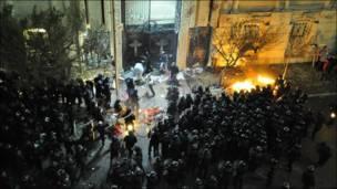 عناصر قوات الأمن تشتبك مع متظاهرين اقباط غاضبين