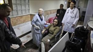 سيدة قبطية من ضحايا الانفجار تتلقى العلاج في احدى مستشفيات الاسكندرية