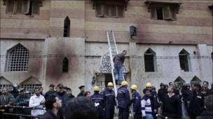 رجل أمن مصري يأخذ عينة من الدماء التي غطت جدران المسجد المقابل للكنيسة المستهدفة