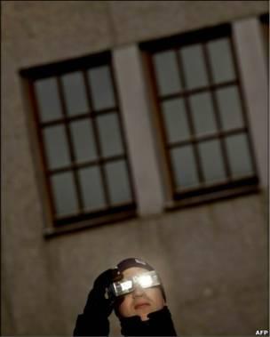 Європейці, як от цей чоловік у Франкфурті, спостерігали за першим частковим сонячним затемненням 2011 року