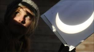 Співробітниця обсерваторії Стефаніка в Празі документує затемнення через захисний екран.