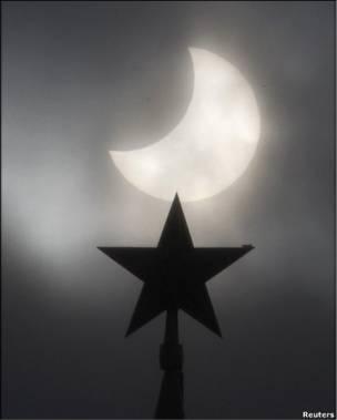 Одна зі славетних зірок московського Кремля поруч із затемненням.