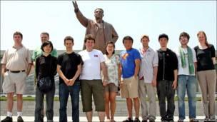 Estudiantes extranjeros posan frente a una estatua de Kim Il-sung