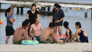 Estudiantes en la playa en la localidad norcoreana de Wonsan