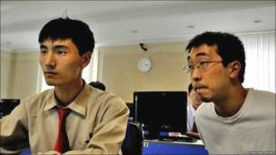 Un estudiante norcoreano explica su trabajo de curso a un estudiante estadounidense en la Universidad Kim Il-sung