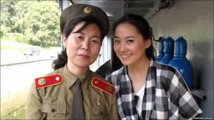 Una estudiante estadounidense junto a una funcionaria pública norcoreana