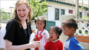 Estudiante extranjera con niños en Corea del Norte