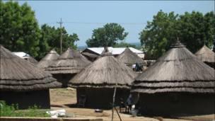 د سودان په جنوب کې جوبا ته څېرمه دودیزه خټين کورونه .