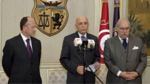 محمد الغنوشي (وسط) يعلن توليه دفة حكم البلاد