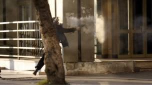 شرطي يطلق الغاز المسيل للدموع